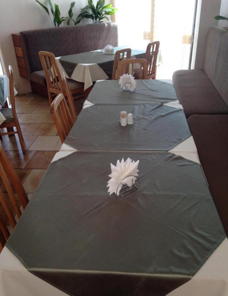 Уютные столы, скатерти, стулья в столовой пансионата - Фото 10