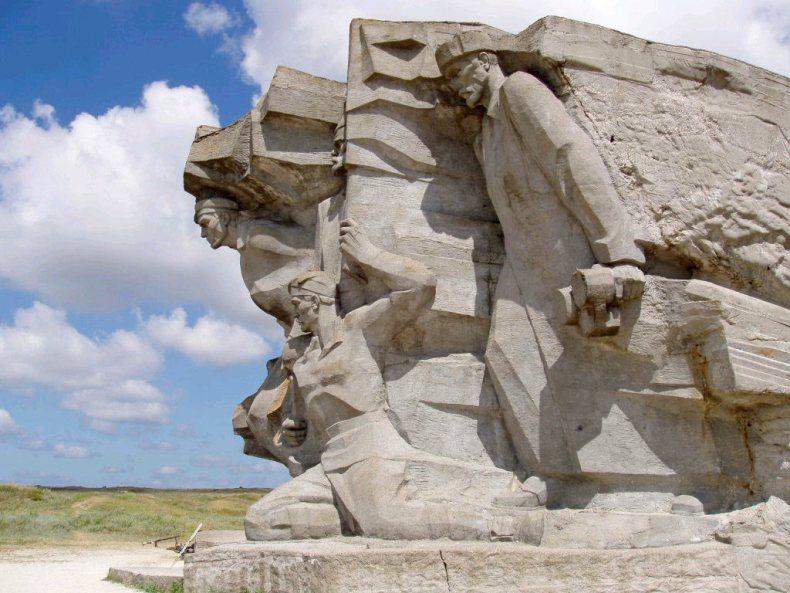 Архитектурная композиция у входа в музей. Аджимушкайские каменоломни - Фото 05