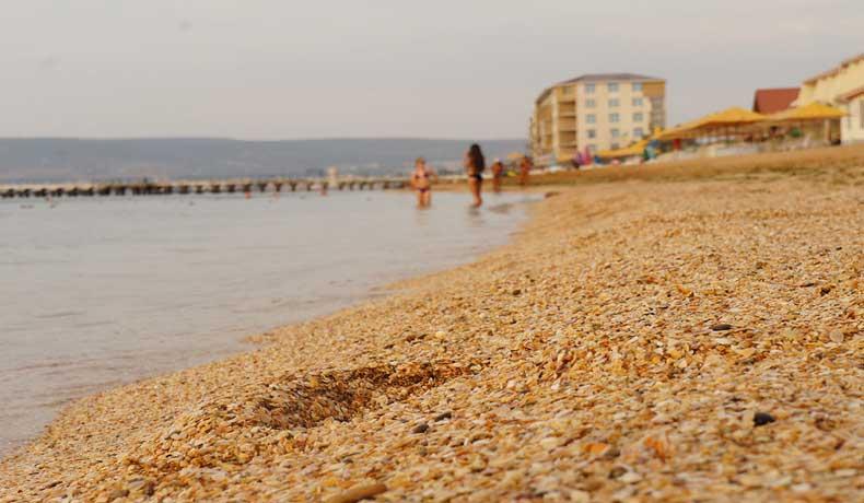 Золотой пляж Феодосии всегда ждет туристов - Фото