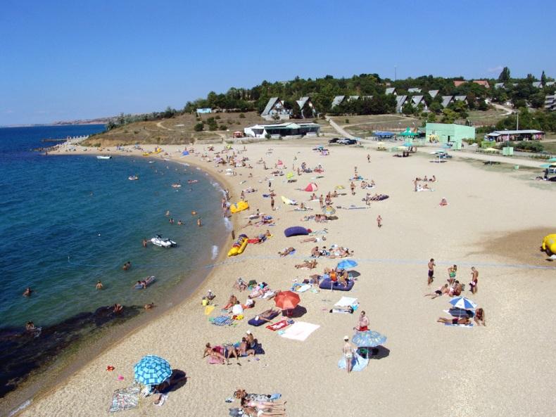 Крымский пляж в начале лета - Фото 02